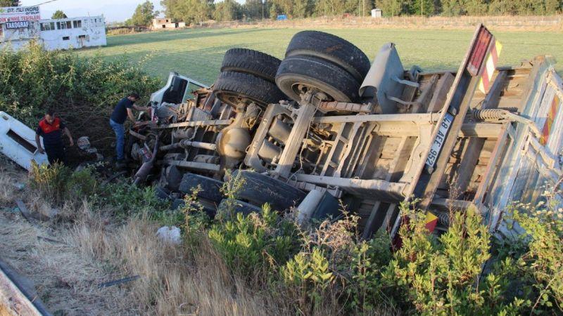 Şarampole devrilen kamyonun sürücüsü kaçtı
