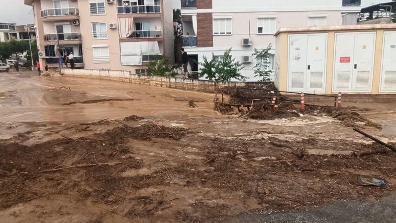 Nazilli'de sağanak sele neden oldu; sokaklar çamur deryasına döndü