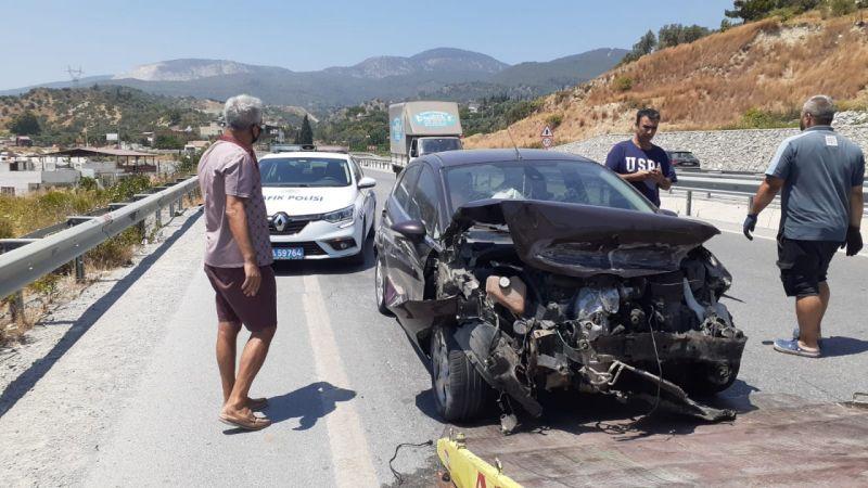 Söke'deki kazada otomobil bariyerlere çarptı
