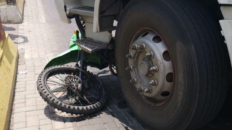 Motosiklet sürücüsü kamyonetin altında kaldı