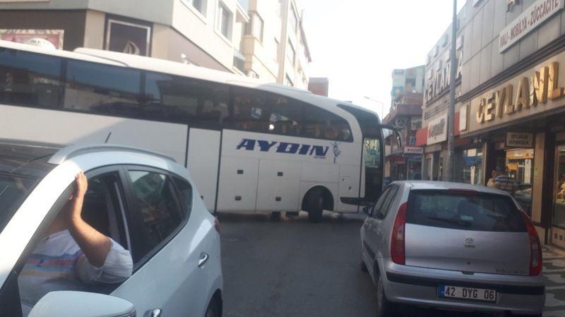 Otobüs trafik akışını felç etti