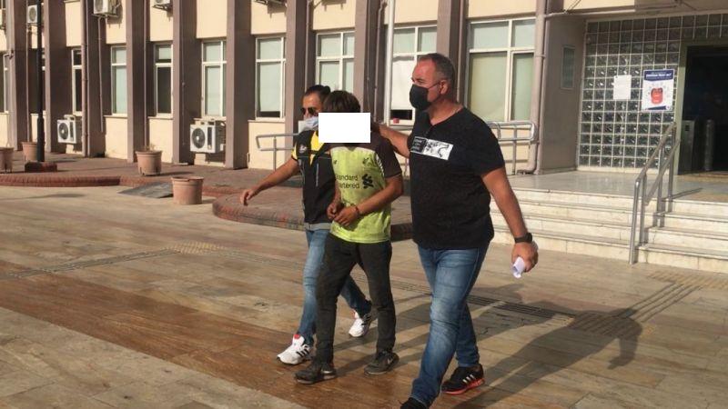 Uyuşturucudan tutuklanan şahıs gazetecilere ayakkabısını fırlattı