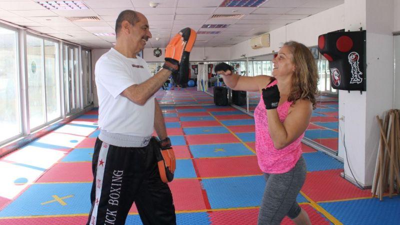 Kadınlar savunma sporu öğreniyor