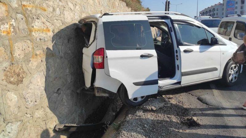 Kırmızı ışıkta duran otomobile çarptı: 1 yaralı