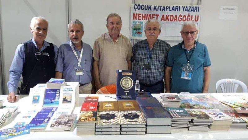 Yaşar Çağbayır  kitaplarını imzaladı