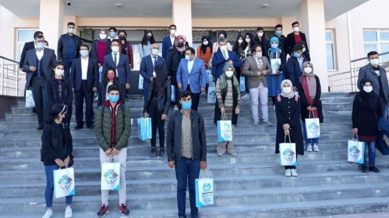 Van Çaldıran Belediyesinden üniversiteye hazırlanan 200 öğrenciye kitap desteği