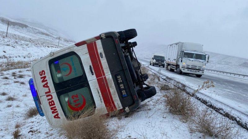 Van'da yoldan çıkan bir ambulans yan yattı