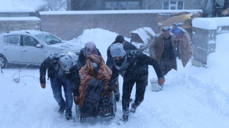 Van'da yolda mahsur kalan hastalar kurtarıldı
