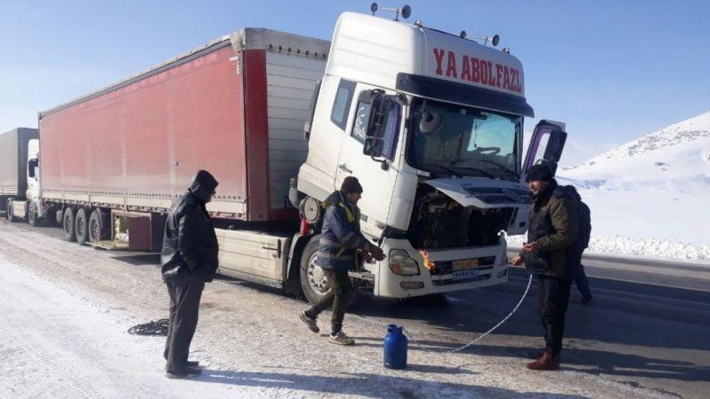 Van'da yakıt depoları donan sürücüler yolda mahsur kaldı! Eksi 25 derece..
