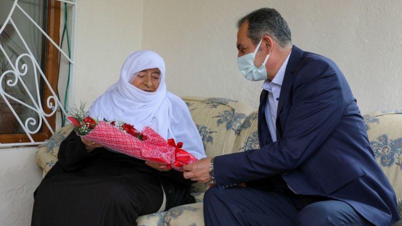 Başkan Tanış anneleri evlerinde ziyaret ederek günlerini kutladı