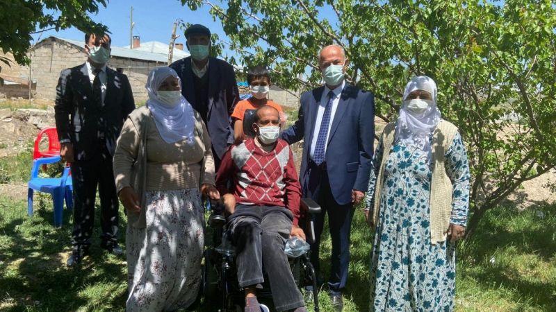Tuşba Belediye Başkanı Akman'dan engelli vatandaşa akülü sandalye