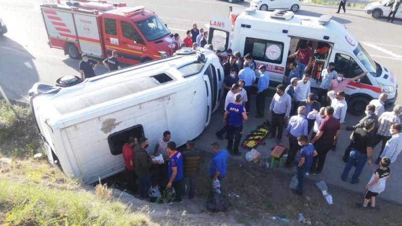 Van'da lastiği patlayan minibüs devrildi: 8 kişi yaralandı