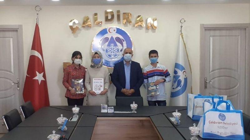 Çaldıran Belediye Başkanı Ensari'den öğrencilere kaynak kitap desteği