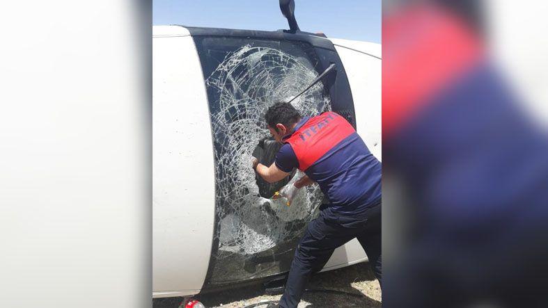 Van'da minibüs yan yattı göçmenler mahalleye dağıldı