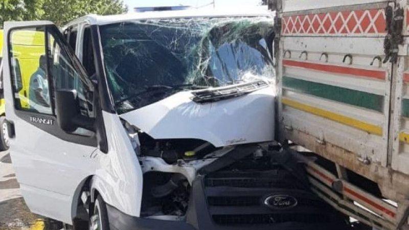 Van'da minibüsle kamyonet çarpıştı: 1 kişi yaralandı
