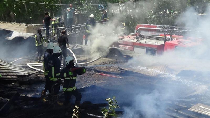 Van'da ahır yangını: 3 itfaiye eri yaralandı