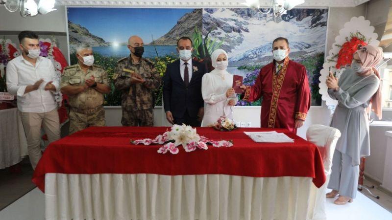 Hakkari Valisi Akbıyık genç çiftin nikahını kıydı