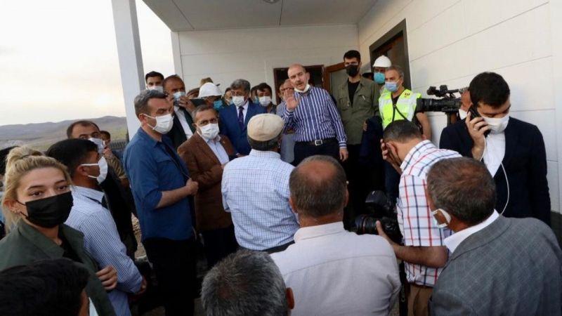 Bakan Soylu Başkale depremzedeleriyle bir araya geldi