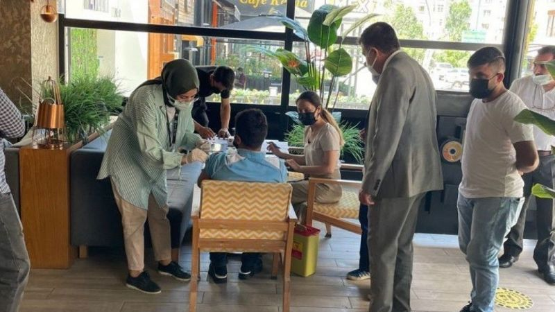 Van'da kafe ve restoranlarda oturanlar aşılandı