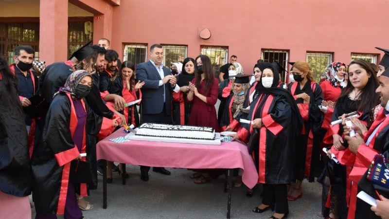 Hakkari'de lise öğrencilerinin mezuniyet sevinci