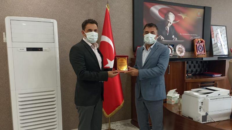 Sağlık Müdürü Sünnetçioğlu'ndan Çelik'e plaket
