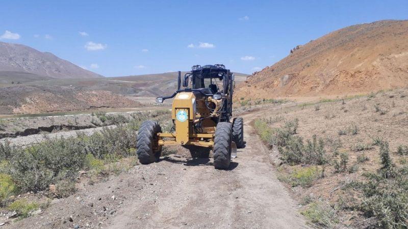 Çaldıran Belediyesi selden dolayı bozulan yolları onarıyor