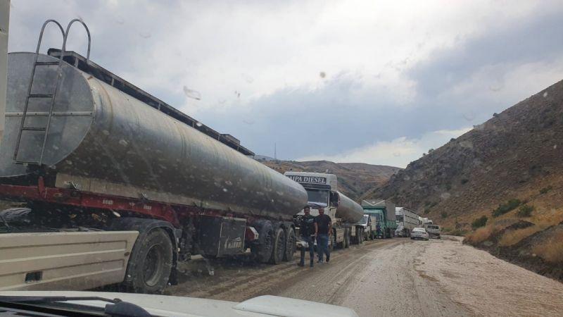 Yüksekova yolunda sel!  Yüzlerce araç mahsur kaldı