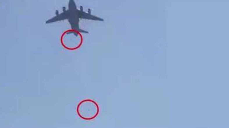 Afganistan'da uçağın iniş takımlarına tutunan Afganların uçaktan düşme anları