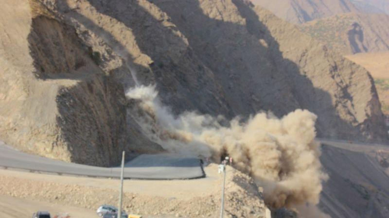 Hakkari - Van Karayolunda yol çalışmasında dinamit patlatıldı