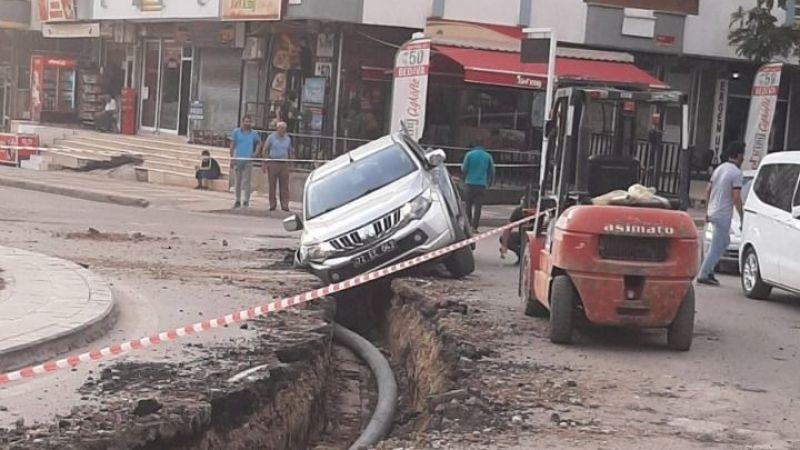 Batman'da belediyenin aracı, belediyenin açtığı çukura düştü