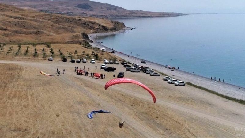 Tuşba'da 30 Ağustos Zafer Bayramı Yamaç Paraşütü etkinliği