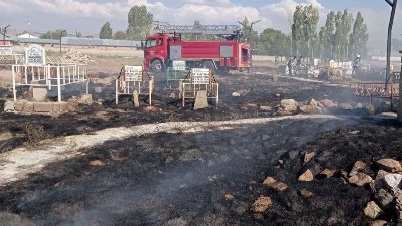 Van Saray'da mezarlık yangını