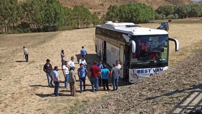 Tatvan'da yolcu otobüsü şarampole uçtu! 2 yolcu hastaneye kaldırıldı