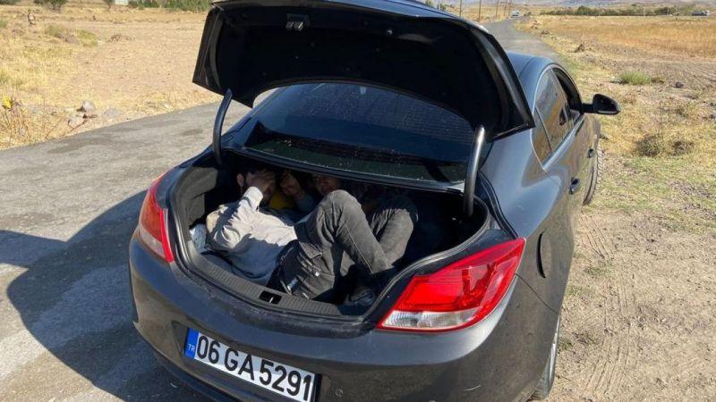 Van'da bir otomobilde 3 düzensiz göçmen 3 organizatör yakalandı