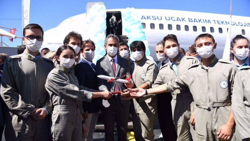 Bakan Özer'den Aksu Uçak Bakım Teknolojisi Mesleki ve Teknik Anadolu Lisesi'ne ziyaret
