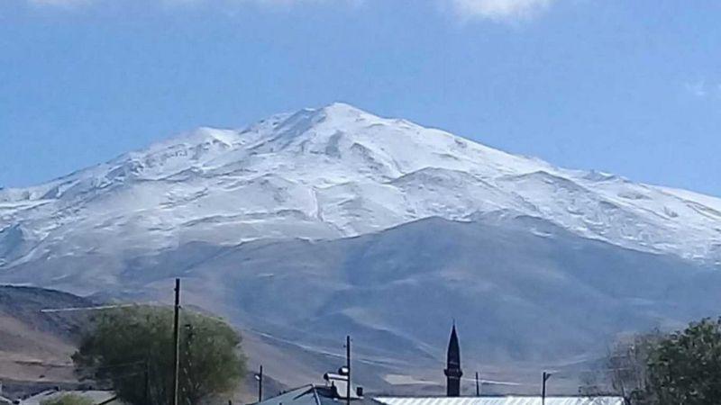Süphan Dağı'na mevsimin ilk karı yağdı