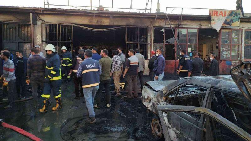 Van'da otomobilden çıkan yangın iş yerini kül etti