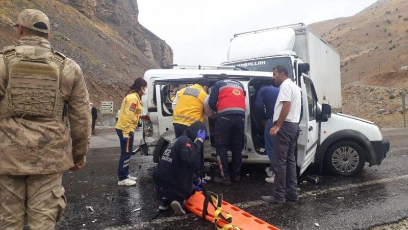 Van Çatak'ta üç araç çarpıştı: 6 kişi yaralandı