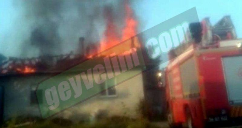 Geyve Yörükler Mahallesinde çıkan çatı yangını korkuttu