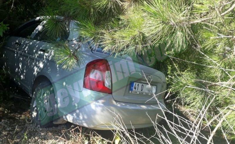 Sürücünün uyuduğu otomobil şarampole uçup ağaca takıldı! 1 yaralı