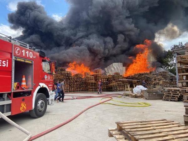 Sakarya'da fabrika deposunda yangın...