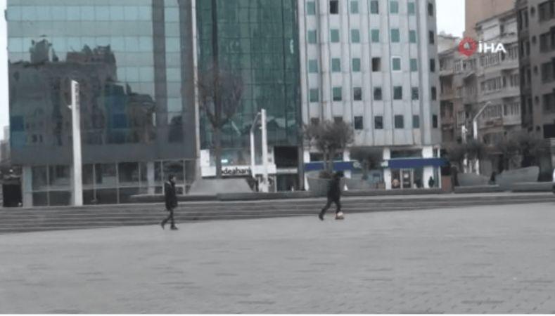 Sosyal Mesafe Kuralını Umursamayan Gençler Taksim Meydanında Top Oynadı