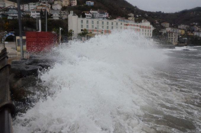 İstanbul'da Şiddetli Rüzgar ve Fırtına Etkisini Sürdürüyor