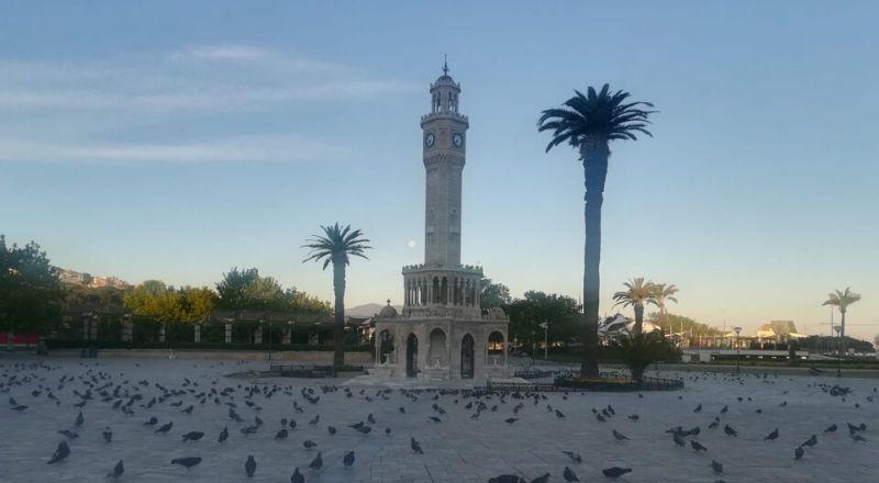 İzmir'de cadde ve meydanlar bomboş kaldı