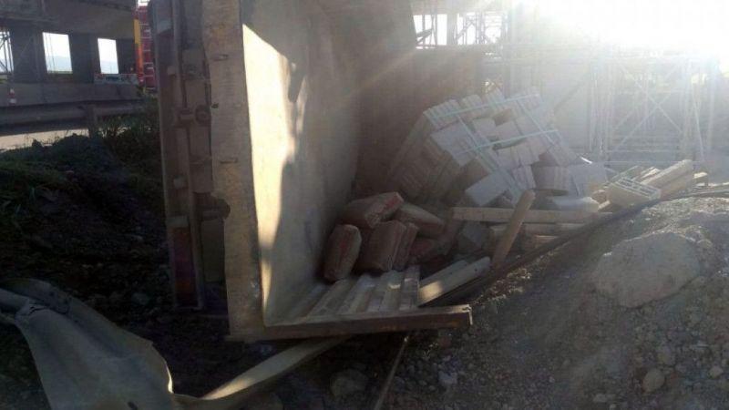 Sakarya'da malzeme yüklü kamyonet devrildi: 2 yaralı