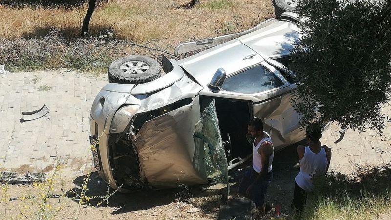Otomobil 5 metre yükseklikten yolun altındaki bahçeye uçtu