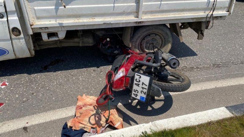 Motosiklet kamyonetin altına girdi