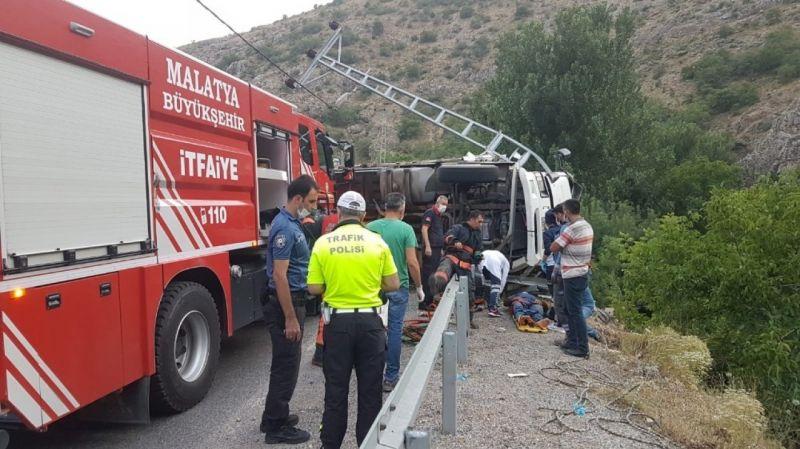 Devrilen kamyonda sıkıştı! Sürücü güç bela kurtarıldı