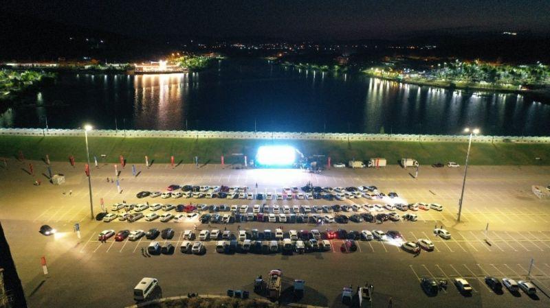"""Büyükşehir'in """"Arabalı Sinema Günleri"""" etkinliğine yoğun ilgi"""