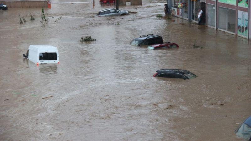 Rize'de sel felaketi! Araçlar suyun altında kaldı